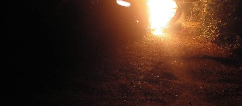 surt de la via vehicle en flames Tamariu