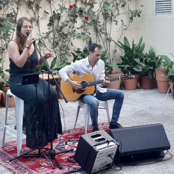 Asha duo, al pati de Can Platja