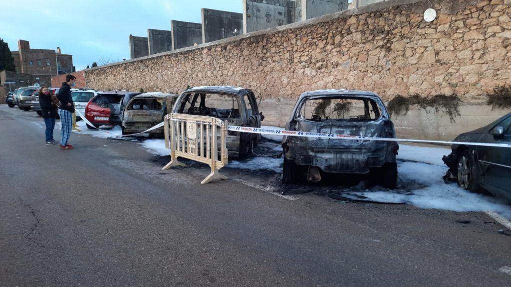 Cremen cinc cotxes a Palafrugell