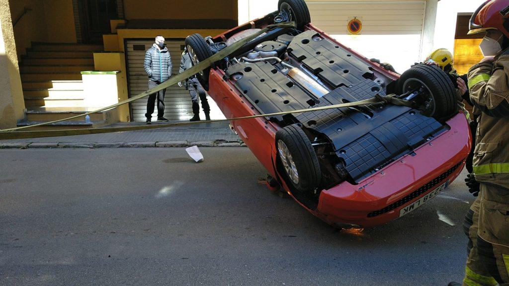 Un cotxe bolca al carrer Migdia de Palafrugell
